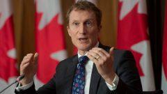 وزير الخدمات للسكّان الأصليّين مارك ميلر يقول إنّ معدّلات التطعيم في مجتمعاتهم تفوق سواها في كندا/Adrian Wyld/CP