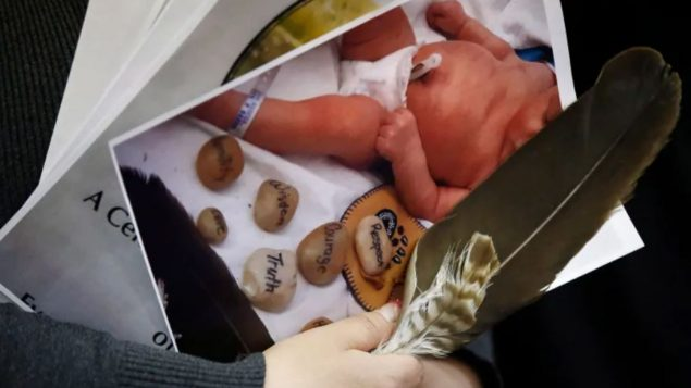 تأثّرت عائلات السكّان الأصليّين بصورة خاصّة بممارسة تنبيه الولادة في بريتيش كولومبيا/John Woods)/CP