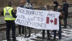 مظاهرة في مونتريال تأيييدا لمجموعات السكّان الأصليّين التي تعارض مشروع توسيع أنبوب ترانس ماونتن في 27-11-2020/Graham Hughes/CP