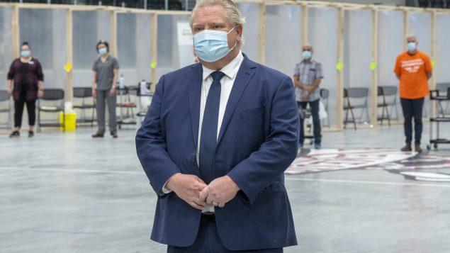 دوغ فورد رئيس حكومة أونتاريو تفقّد عيادة تطعيم ضدّ كوفيد-19 في مدينة كوبور في 15-03-2021//Frank Gunn/CP