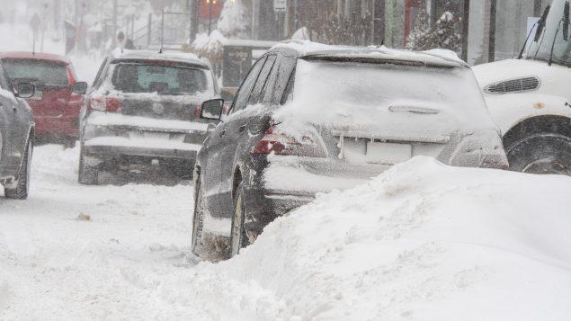 سيذارات تتنقّل وسط عاصفة ثلجيّة في مدينة كيبيك في 07-02-2020/Jacques Boissinot/CP