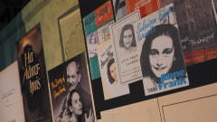 """افتتح الخميس الماضي في المتحف الحربي الكندي في العاصمة الكندية أوتاوا المعرض الافتراضي عن حياة إحدى أشهر ضحايا المعتقلات النازية آن فرانك، المعرض بعنوان """"آن فرانك، تاريخ معاصر""""/راديو كندا:HUGO BELANGER"""