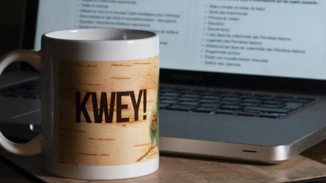 """كلمة """"كواي"""" التي تظهر على الكوب تعني صباح الخير في العديد من لغات السكّان الأصليّين/Ivanoh Demers/ Radio-Canada"""