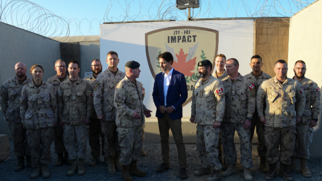 رئيس الحكومة الكندية جوستان ترودو يتحدث مع رئيس هيئة الأركان في القوات المسلحة الكندية الجنرال جوناثان فانس في مخيّم كندا في قاعدة علي السالم الجوية في الكويت في 10 شباط (فبراير) 2020 (ارشيف)(Sean Kilpatrick / CP)