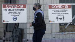 سيّدة تسير في أحد شوارع أوتاوا بعد أن فرضت حكومة أونتاريو إجراءات متشدّدة إضافيّة للحدّ من انتشار فيروس كورونا المستجدّ /Adrian Wyld/CP