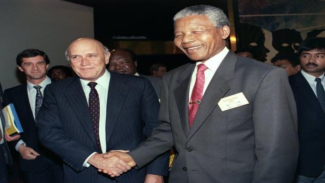 نيلسون مانديلا : اثنتا عشرة مصافحة لن تمحى ذكراها