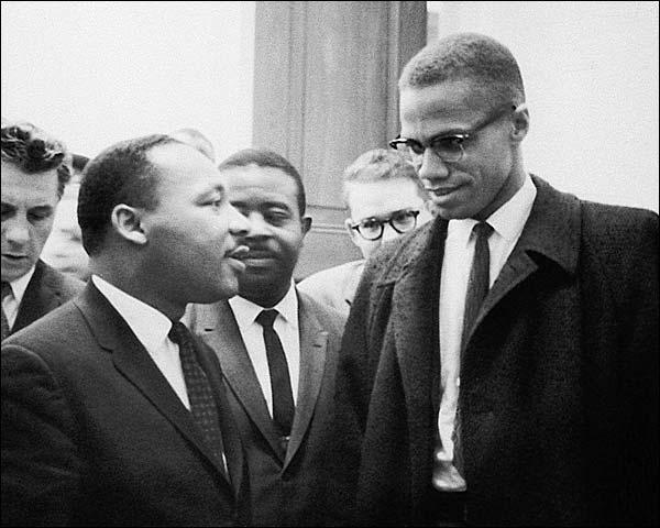 مالكولم إكس إلى اليمين في صورة مع القس والناشط مارتن لوثر كينغ (26 من مارس آذار 1964) ماريون س. تريكوسكو أ ف ب -