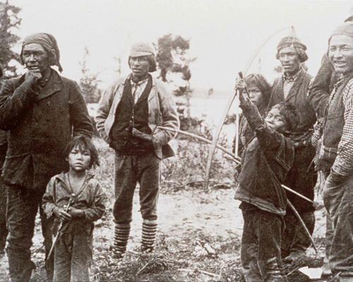 ما اسم أهم ثلاث مجموعات من قبائل السكان الأصليين في أراضي أقاليم الشمال الغربي؟
