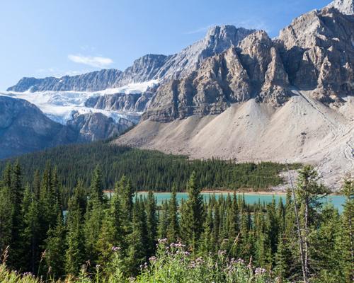 ¿Cómo se llaman las montañas que separan a Columbia Británica y Alberta?