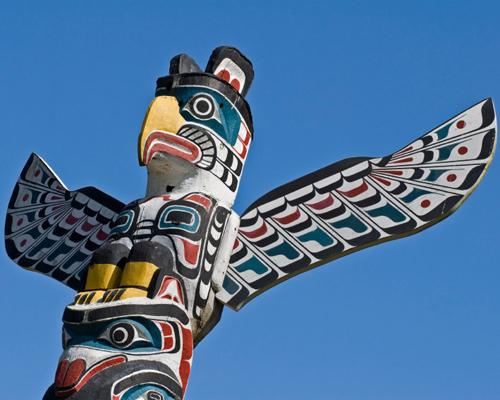 Comment appelle-t-on les grandes sculptures faites dans des cèdres rouges par les autochtones?