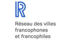 Un grand R bleu et l'inscription Réseau des villes francophones et francophiles