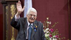Paul Gérin-Lajoie salue les personnes présntes lors d'une remise de prix à l'Assemblée nationale du Québec.