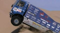 2014: One of the many heavy trucks in the rally, about to take a huge leap over a steep dune (dakar-vid)