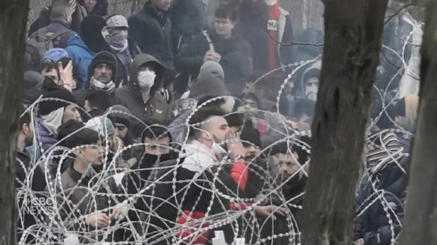 Tension as migrants mass at Greek border