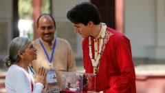 رئيس الحكومة الكنديّة جوستان ترودو يتلقّى هديّة خلال زيارته لمنزل غاندي في الهند/Reuters/Amit Dave