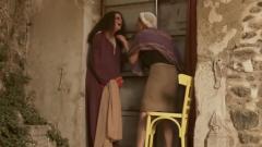 """لقطة من الفيلم الجزائري: """"في عُمري ما زالني نتخبّا باش نتكيّف"""" ونشاهد بطلتي الفيلم الشابة الفرنسية-الجزائرية لينا سويلم مع والدتها الممثلة الفلسطينية القديرة هيام عبّاس"""