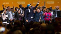 جاغميت سينغ (في الوسط ويرتدي عمامة زرقاء)، زعيم الحزب الديمقراطي الجديد يرقص على خشبة المسرح مع أعضاء من حزبه ومؤيديه بعد خطاب ألقاه في مؤتمر الحزب في هاميلتون، أونتاريو، قبل أمس الأحد 16 يونيو حزيران 2019 - THE PRESS CAN / PRESS TIAN Walton