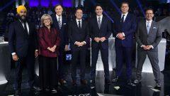 (من اليمين إلى اليسار) : إيف-فرانسوا بلانشيه (الكتلة الكيبيكية)، أندرو شير (حزب المحافظين الكندي)، جوستان ترودو (الحزب الليرالي الكندي)، الصحفي باتريس روا (منشط المناظرة، تلفزيون هيئة الإذاعة الكندية)، ماكسيم برنييه (حزب الشعب في كندا)، إليزابيث ماي (حزب الخضر) و جاغميت سينغ (الحزب الديمقراطي الجديد) - The Canadian Press / Sean Kilpatrick