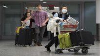 مسافرة تضع قناعا للوقاية من فيروس كورونا عند وصولها إلى مطار بيرسون في تورونتو يوم 25.01.2020 - The Canadian Press / Nathan Denette