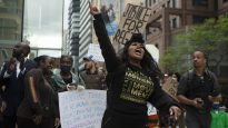 في مدينة تورونتو، تظاهر آلاف الأشخاص وذلك بعد أيام قليلة من وفاة امرأة سوداء، ريجيس كورشينسكي-باكيت، يوم الثلاثاء - Chris Young / The Canadian Press