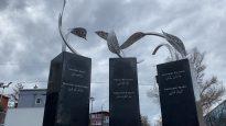 يتضمن النصب التذكاري ، من بين أشياء أخرى ، ثلاث قواعد حجرية نقشت عليها أسماء خالد بلقاسمي وعز الدين سفيان وعبد الكريم حسن وأبو بكر ثابتي ومامادو تانو باري وإبراهيما باري - Photo : Courtesy Ville de Québec