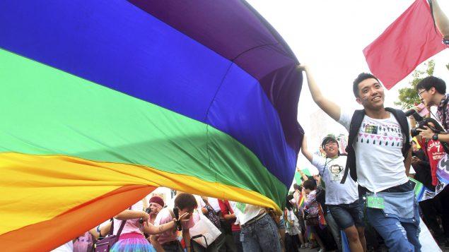"""""""我们是亚裔、同性恋、并深感自豪"""""""