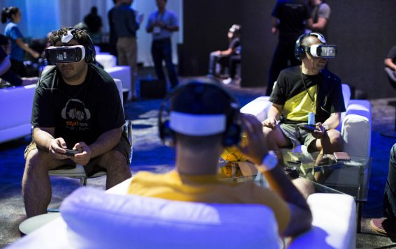Usuarios testeando las gafas Gear VR virtual reality en Hollywood, CaliforniaREUTERS/Mario Anzuoni