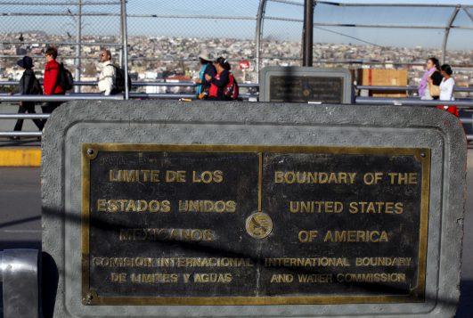 Los ciudadanos que vienen de El Paso, Estados Unidos, cruzan el puente fronterizo entre México y los EE.UU., para asistir a la misa que celebrará el Papa en Ciudad Juárez, México, 17 de febrero de 2016. REUTERS / José Luis González