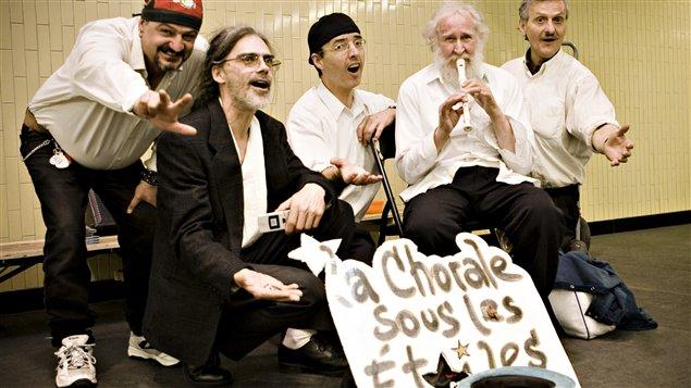 Buscando un alivio a los indigentes con la música