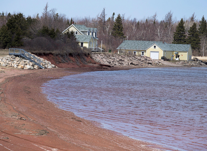 Los residentes usan roca para reforzar la línea costera en partes de Lennox Island, P.E.I. el lunes 25 de abril de 2016. El aumento del nivel del mar y la erosión costera amenazan a la comunidad Mi'Kmaq, que ha sufrido una importante pérdida de masa terrestre en los últimos 50 años. ©The Canadian Press/Andrew Vaughan