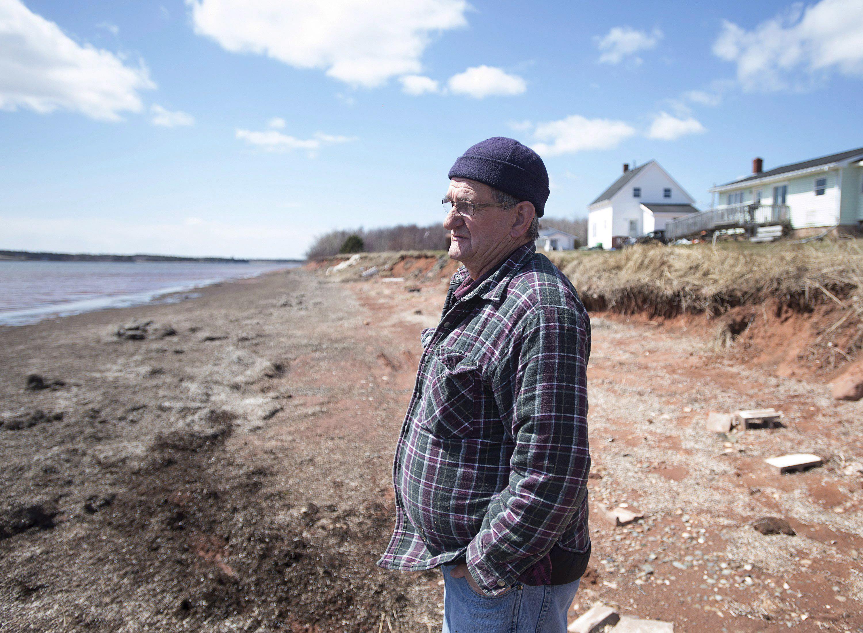 Dave Haley cerca de su casa a lo largo de la costa en Lennox Island. Si los niveles del agua marina continúan aumentando, su casa está en peligro de ser tragada por el mar ©The Canadian Press/Andrew Vaughan