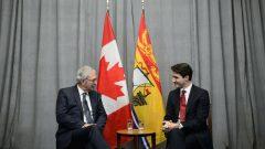 Blaine Higgs (izq) primer ministro de Nueva Brunswick y Justin Trudeau, primer ministro de Canadá. (Foto: THE CANADIAN PRESS / SEAN KILPATRICK)