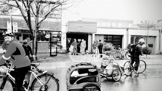 Ciclistas solidarios recorren Montreal para ayudar a familias necesitadas