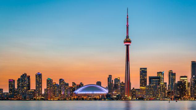 Espectáculo de luz y sonido en la Torre CN para celebrar Fiesta de Canadá 2020