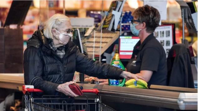 Manipular dinero en efectivo no contagia con coronavirus: Salud Quebec