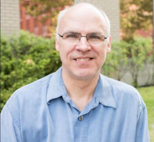 El Dr. Michel Desjardins, biólogo celular, completó su doctorado en la Universidad de Montreal en 1991. Tras una beca posdoctoral en el Laboratorio Europeo de Biología Molecular (EMBL) de Heidelberg (Alemania), se incorporó al Departamento de Patología y Biología Celular de la Universidad de Montreal (1994) donde es profesor titular.