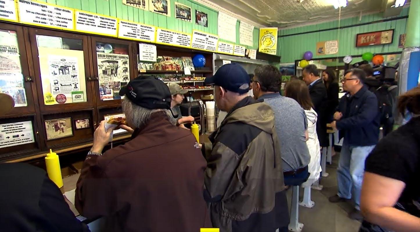 Mostrador del Wilensky, con los clientes ordenando los célebres sándwiches del lugar. (Foto: CBC TV)