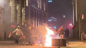 """Manifestación """"caótica"""" en Montreal   Cientos protestan contra toque de queda"""