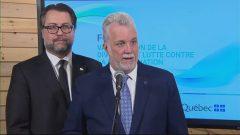 رئيس حكومة كيبك فيليب كويار بصحبة وزير الهجرة دافيد هورتيل في رد على الصحافيين/راديو كندا