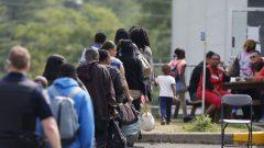 صف من طالبي اللجوء إلى كندا ينتظرون على معبر لاكول في كيبيك/رويترز