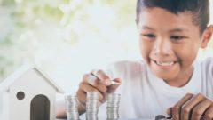 من المهم أن يتعلم الأطفال كيفية إدارة الأموال في وقت مبكر من الحياة - Shutterstock