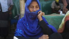 لاجئة من أقلية الوهينغا في مخيّم في بنغلاديش حيث يقيم مليون لاجئ في ظل الخوف من انتشار فيروس كورونا في مطلع أبريل نيسان 2020 - AP Photo / Suzauddin Rubel