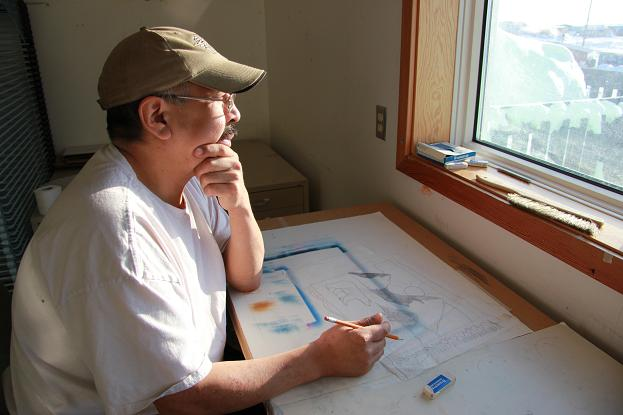 Louie Nigiyok working in the Ulukhaktok Arts Centre. Photo: Eilís Quinn, Radio Canada International.
