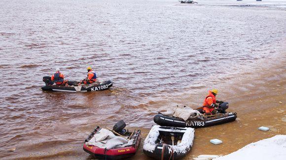 Repair work underway at the Talvivaara pond on Thursday. Image: Kimmo Rauatmaa / Lehtikuva