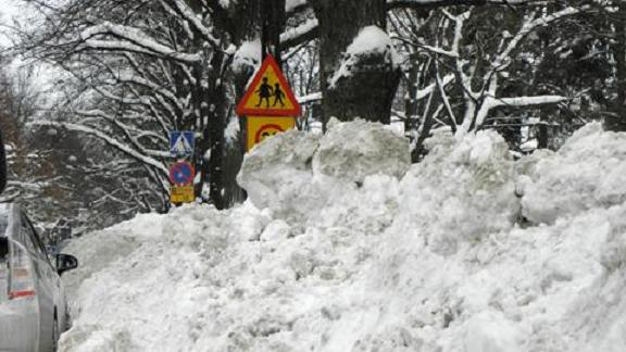 Helsinki's Public Works Department and the Helsingin Energia power utility want to get some use out of the mountains of snow. Photo: YLE