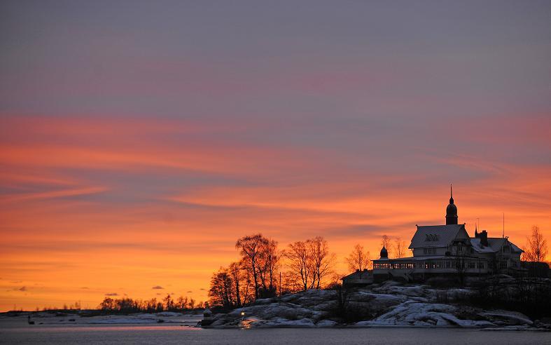The sun sets over an island in the Helsinki archipelago on January 5, 2009. AFP PHOTO / OLIVIER MORIN