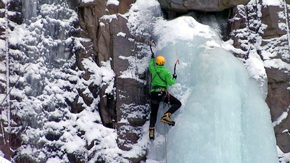 Ice-climbers enjoy the double challenge of a frozen cliff face. Image: Riikka Pennanen / Yle