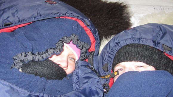 Yle News reporters Risto Koskinen and Karoliina Kaapakoski take on the snow castle overnight challenge. (Yle Perämeri)