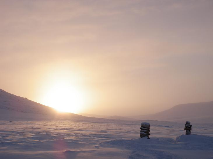 Small inukshuks on outskirts of Qikiqtarjuaq. Photo by Eilís Quinn.