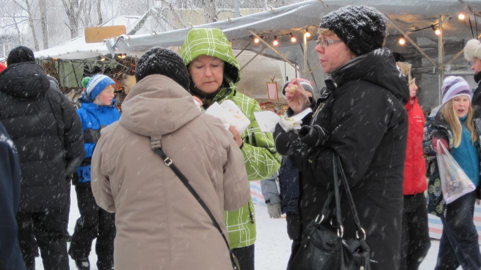 Sami food is in focus at the Jokkmokk winter market. Photo: Jörgen Heikki.